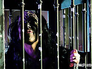 Alien prisoner destroys Kiki Minaj's bootie